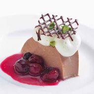 チョコレートババロア赤いフルーツのソース