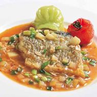 石持ち魚のチリソースミニトマトと緑餃子添え